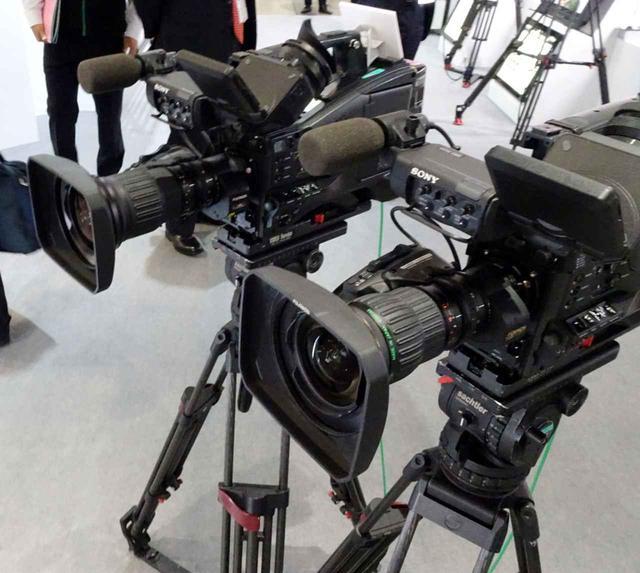 画像: 2Kのカメラにも4Kレンズを使えば画質が向上しますよという展示。手前が2Kレンズ、奥が4Kレンズを装着している。レンズの材質や精度を向上させつつ、コストアップは最小限に抑えているそうで、価格は20%アップほどに収まるという
