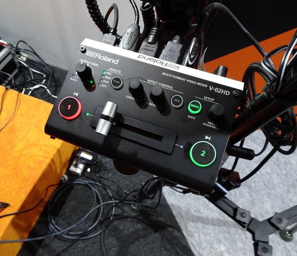 画像: 「ローランド」ブース:世界最小の2チャンネル・マルチフォーマット・ビデオ・ミキサー「V-02HD」。ワンマンオペレートで、2台のカメラ映像のスイッチングを手元で行なえる。12月中旬の発売で75000円前後