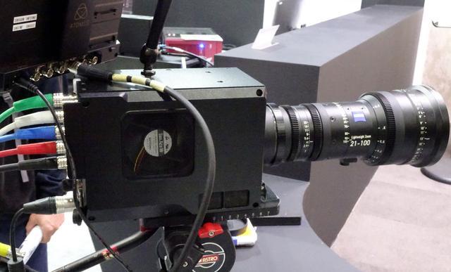 画像: 8K/120pの映像出力が可能な8Kスイッチャブルカメラ「AB-4815」。カメラ内部で映像処理ができるので、CCUが不要