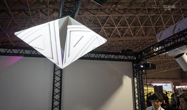 画像: こちらでは、天井に吊したプラミッド状のオブジェに部屋の四隅から映像を投写し、立体的なプロジェクションマッピングを再現していた