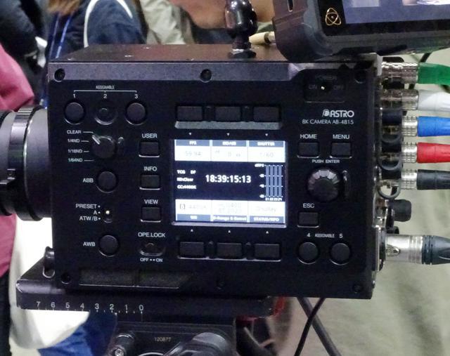 画像: カメラのこちら側には液晶表示画面がある