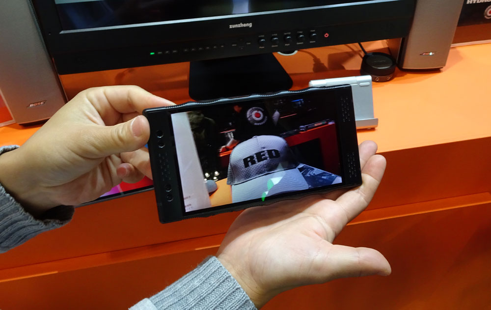 画像: 「RAID」ブース: REDカメラで有名な同社からは、裸眼3D視聴(撮影もできる)が可能なスマホ「HYDROGEN ONE」が参考展示されていた。来年2月の発売予定で、価格は10~20万円ほどとか