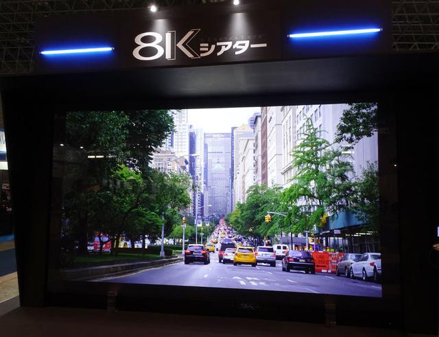 画像: 「8K Live Streaming」の実演風景。アマゾンウェブサービスを使って、一般公衆インターネット回線で8K映像を配信する、というサービス。パブリックビューイングなどへの利用が予想される。スクリーンサイズは200インチ(映像の有効サイズは178インチ)で、プロジェクターはデルタ電子の8K/DLPプロジェクター
