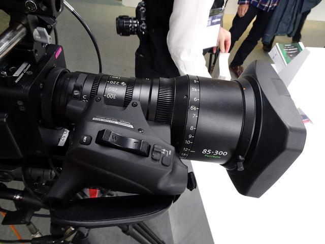 画像: PLマウントに対応したZKシリーズのシネレンズ。シネマ撮影だけでなく、放送用カメラ(4K)との組み合わせもOK。ズーム、フォーカス用モーターが組み込まれており、手元での操作が可能となっている