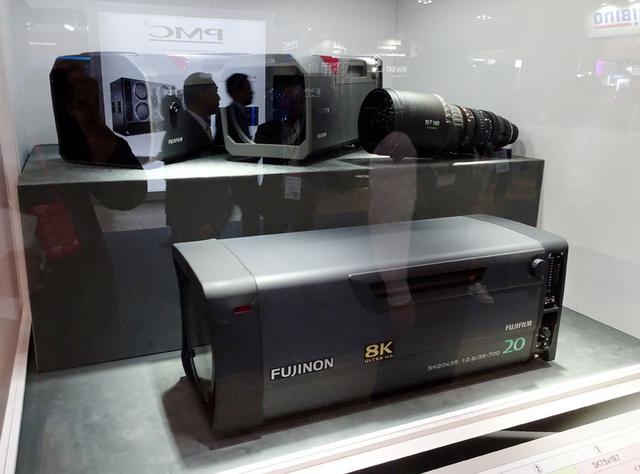 画像: 8K対応レンズ。4K用に比べ、性能を最優先した設計で、レンズの精度を4K用に比べてかなり高めているという
