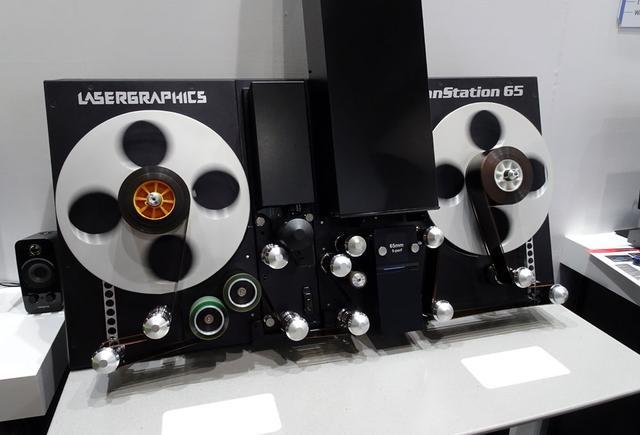 画像: 「伊藤忠ケーブルシステムズ」ブース:8~70mmのフィルムに対応するフィルムスキャナー。最大5Mの解像度に対応する