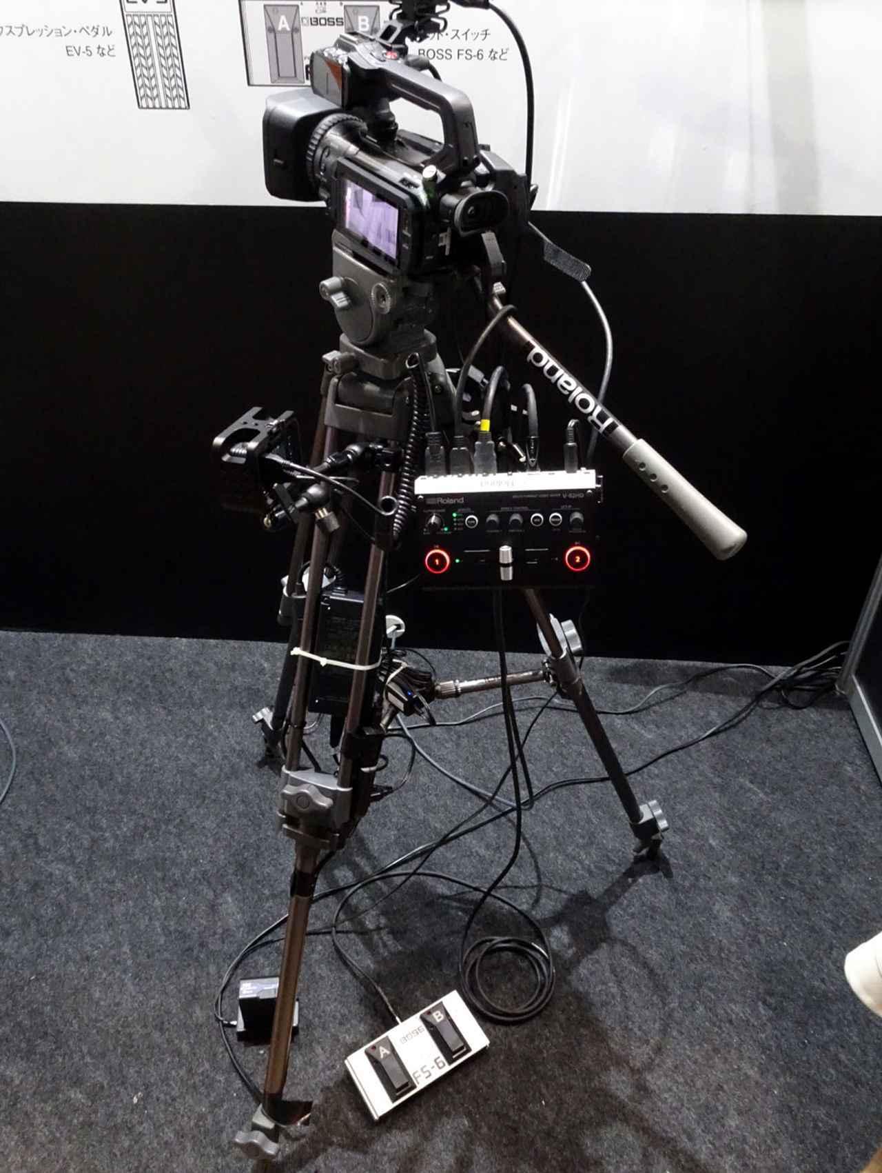 画像: 「V-02HD」。三脚に固定すれば、手元操作もラクラク。オプションのフットペダルを組み合わせれば、足でのスイッチング操作も可能