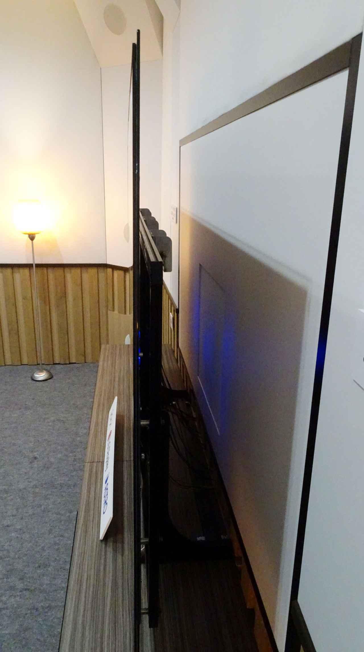 画像: ディスプレイは薄いガラス基板上に有機ELパネルを貼り付けている。厚さは数ミリ