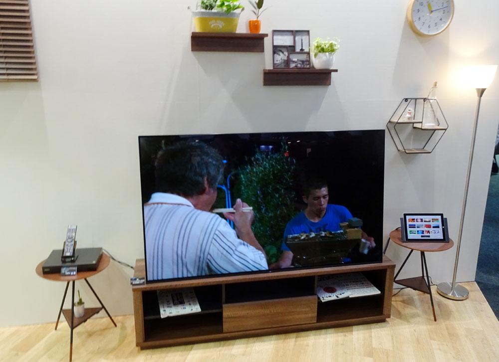 画像: リビングシアターの展示。写真では、ソニーの4K有機テレビと新4Kチューナーを組み合わせている