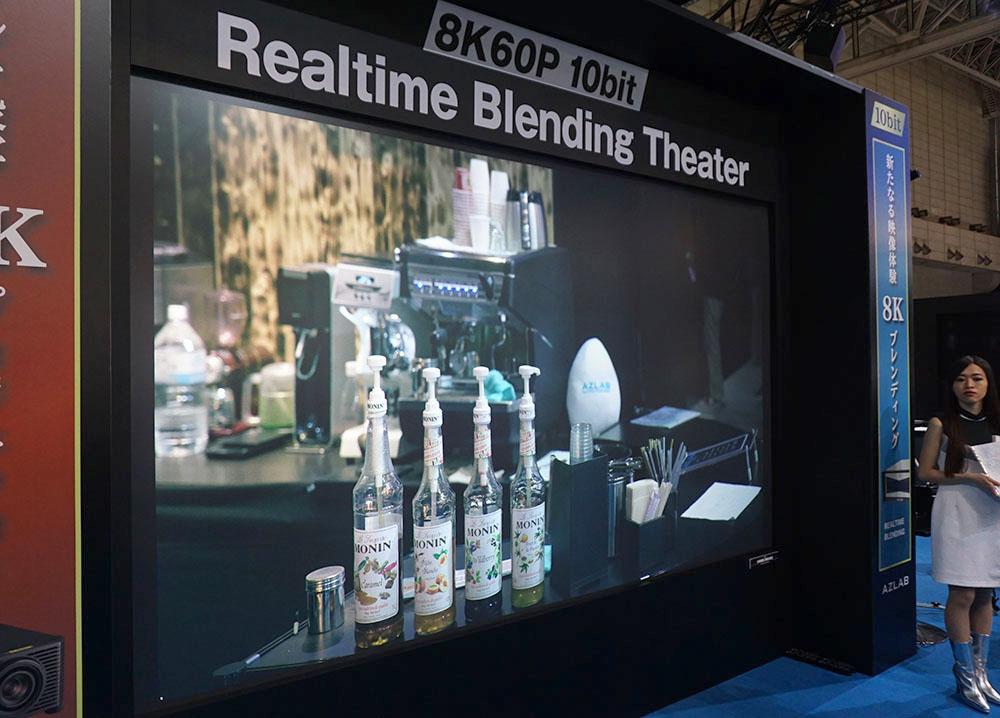 画像: 8K映像のリアプロジェクションシステム。4Kプロジェクターを4台使って投写しているが、その際に映像のつなぎ目が自然になるようにブレンディングを加えている