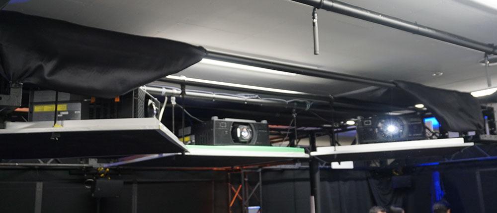 画像: キヤノン製4Kプロジェクターを3台、点吊り設置している