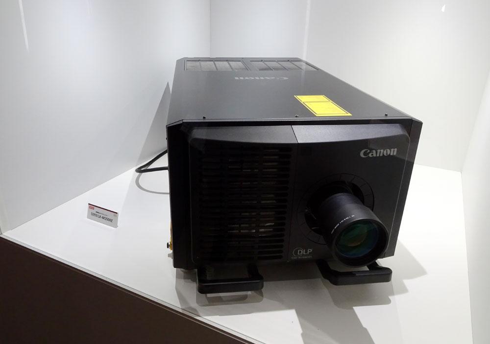 画像: 「キヤノン」ブース:高輝度4Kプロジェクター「LX-4K3500Z」。3板式のDLPで、4万ルーメンの明るさと、「DCI-P3」に対応する色域を持つ。レンズは別売りで2500万円。パブリックビューイングなどへの用途を想定している