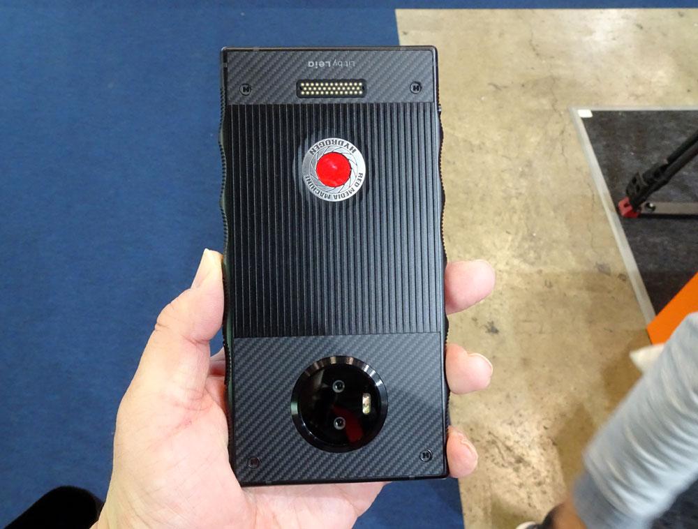 画像: 「HYDROGEN ONE」の背面。2眼式のレンズを搭載し、3D撮影が可能。OSはAndroidだった