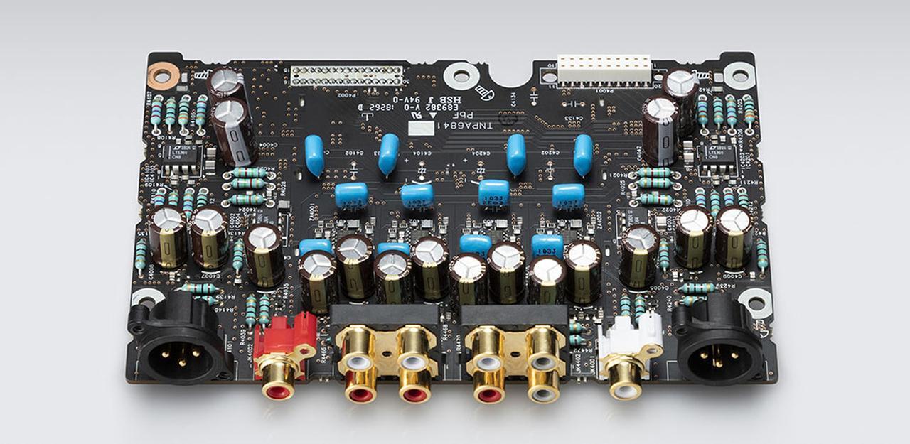 画像: アナログ音声基板。D/Aコンバーターのチップは2ch用と7.1ch用を別々に搭載している