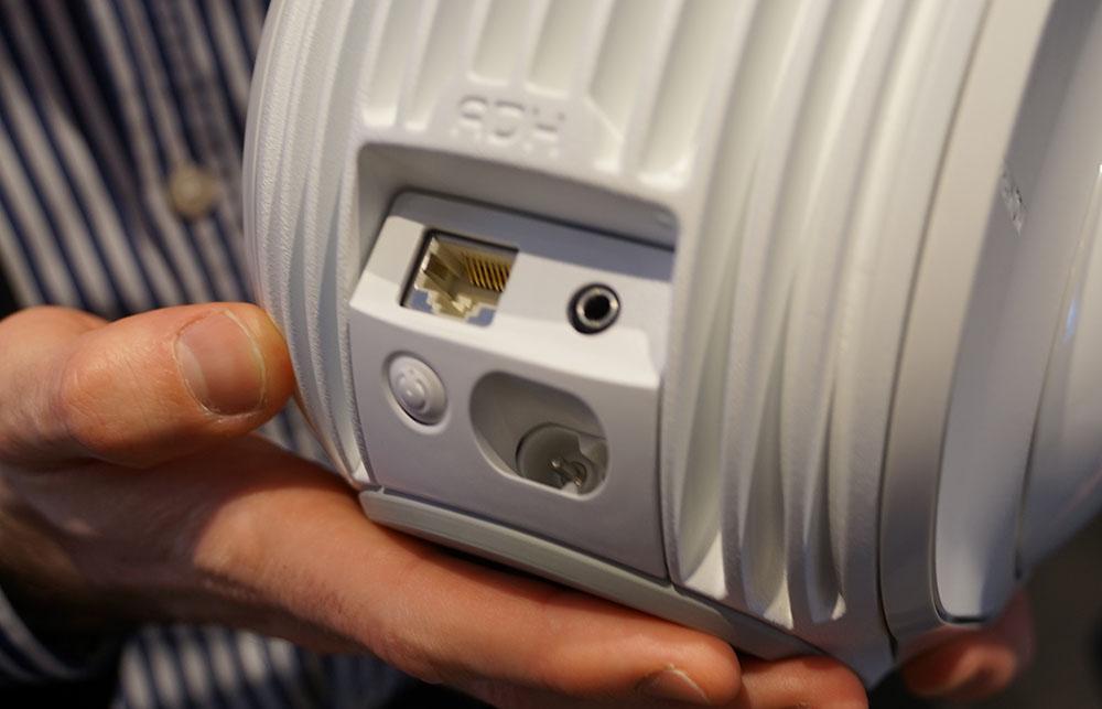 画像: 接続端子は本体背面下部に搭載。上段左がEthernetで、右が光デジタルとアナログの兼用端子