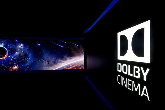 画像: T・ジョイ博多のAVP。天井に仕込まれた超短焦点プロジェクターで、上映作品に合わせた映像を壁に投写。客席までのアプローチを演出する
