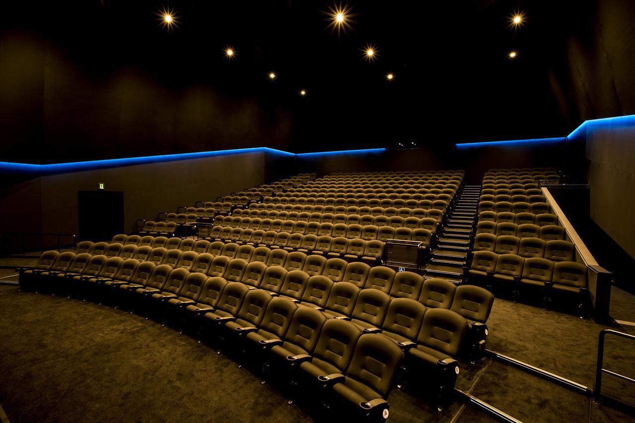 画像: 座席数は348。空間的に広めにつくられていて、ゆったりと映画を楽しめる