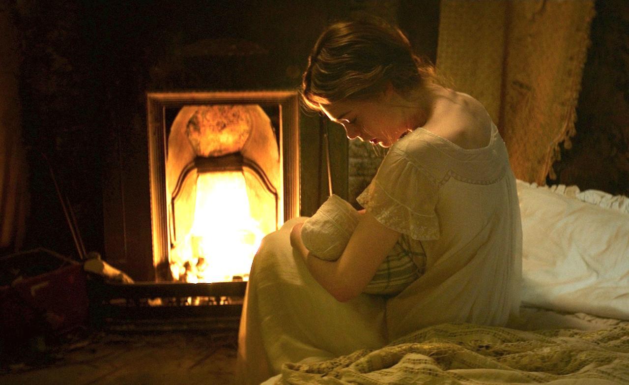 画像: ▲本作はエルにとって初の母親役で、かつ初の歴史映画出演。さらに、誰かがメアリー・シェリーの人生を演じるのはこれが初めてとなる