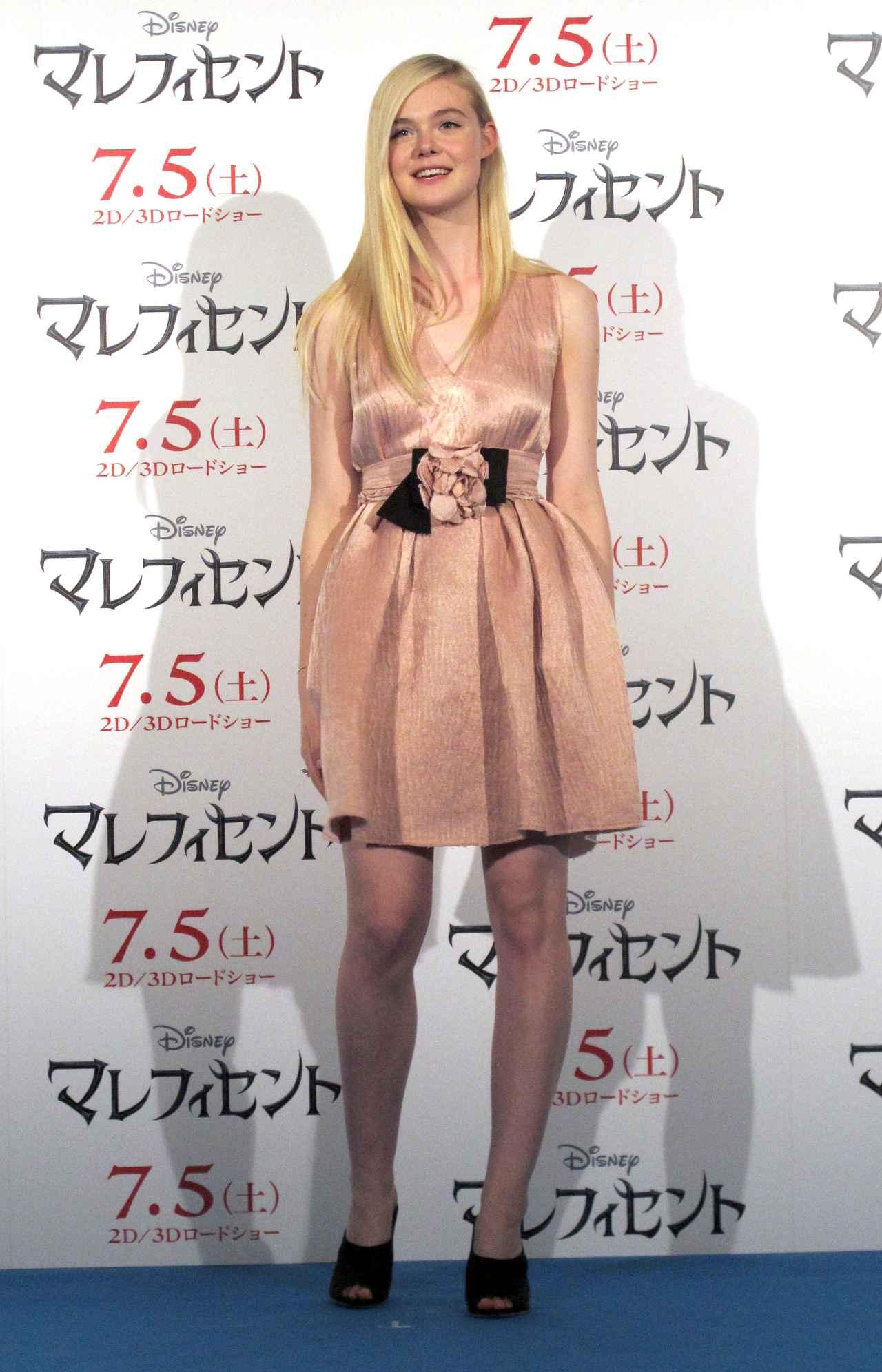 画像: ▲画像は2014年の来日会見にて。オーロラ姫さながらの明るく溌剌としたエルに、報道陣もメロメロになっていた。彼女の性格のよさは、一緒に来日した主演のアンジェリーナ・ジョリーも太鼓判を押す(Stereo Sound ONLINE)