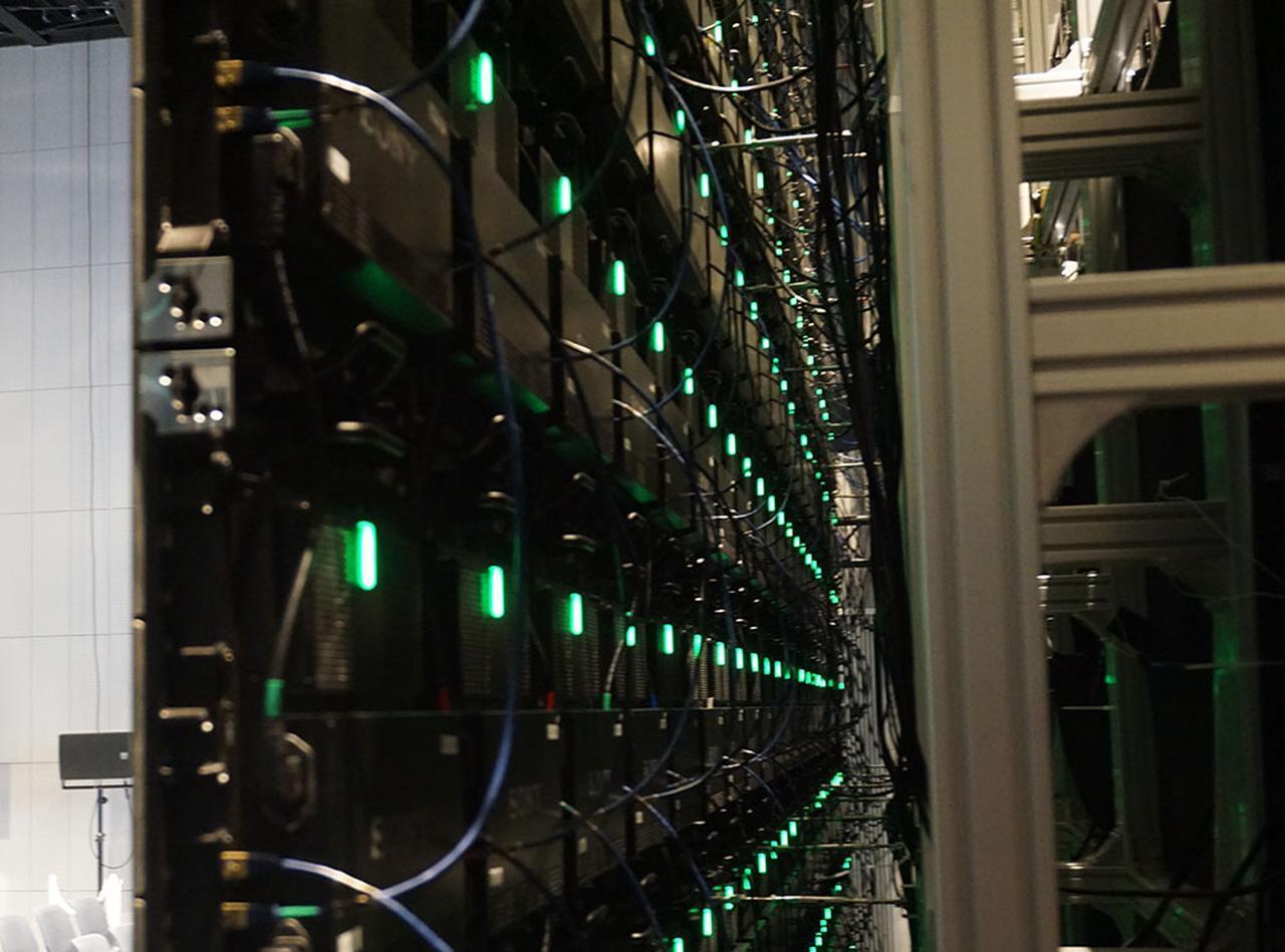 画像: クリスタルLEDディスプレイの裏側。40cm角のパネルを組み合わせて8Kの画素数を再現している。この組み立てとホワイトバランス等の調整で2日かかったとか