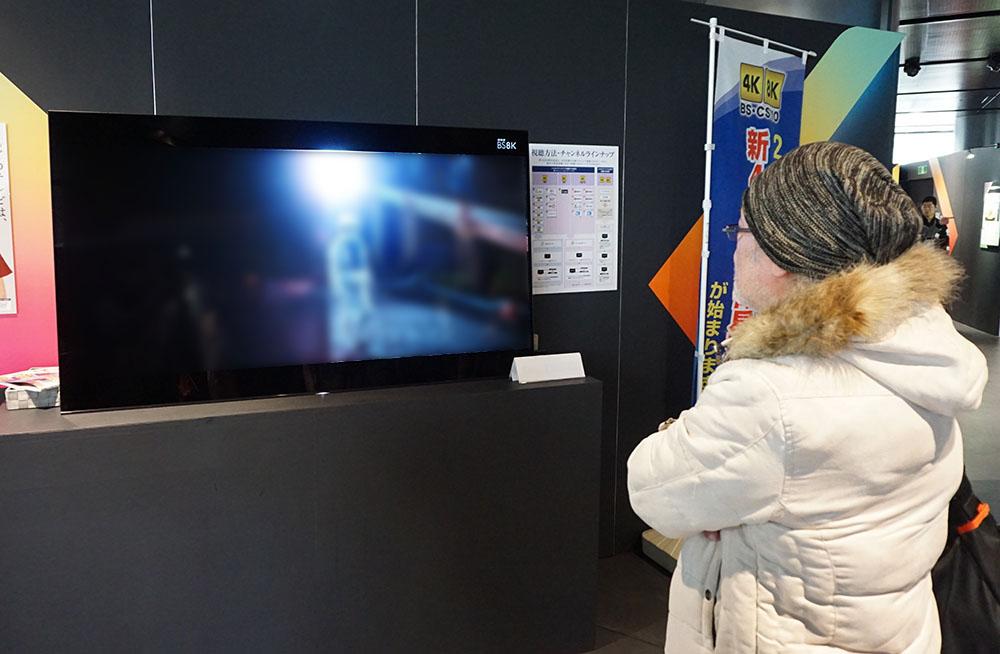 画像: 久保田さんも『2001年〜』の画質を確認するために会場まで足を運んでいた。写真は4Kにダウンコンバートした映像を有機ELテレビで観ているところ