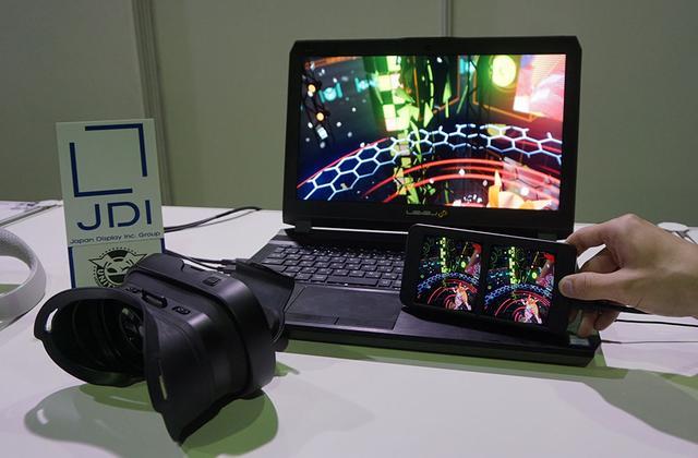 画像: 高精細VRヘッドマウントディスプレイ 「VRM-100」 PCにつないで高品質なVR映像を楽しめる、ヘッドマウントディスプレイ。水平2880×垂直1600画素の解像度を持った液晶パネルを搭載したユニット(画面サイズは6インチほど)をヘッドマウントユニットに装着することでVR映像が楽しめる。液晶ユニットにはジャイロセンサーが内蔵されており、視線の動きを検出して映像を切り替えてくれる。ソースが対応していれば3D再生も可能だ。既に予約受付を開始しており、12月中旬以降に発送予定とか