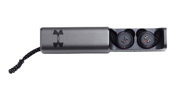画像: 最大20時間ぶんの充電機能を備えたケースも付属する