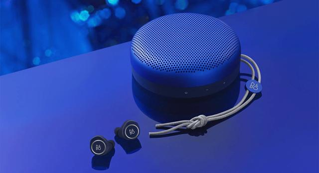 画像: 「Beoplay E8 Late Night Blue」(手前)&「Beoplay A1 Late Night Blue」