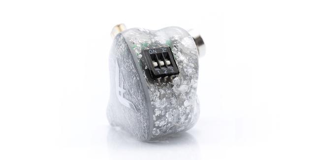 画像: 筐体には3種類のスイッチを搭載し、それぞれのスイッチを切り替えることで、合計8種類の音色を楽しめる