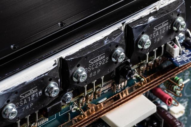 画像: 上写真の下部に見えるのがパワートランジスター「LAPT」(Linear AmplifieD Power Transistor)。このサンケン製デバイスはマランツの2chオーディオ製品でも採用されているという