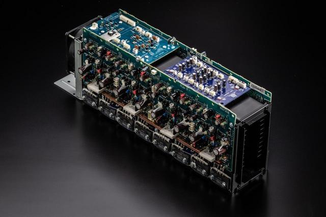 画像: フロントパネル側に収納されているのがパワーアンプ部。7ch分のパワーアンプは「同一構成、同一クォリティ」