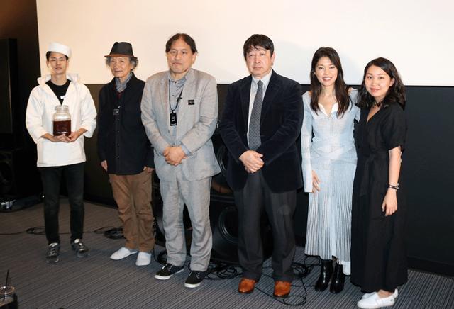 画像: 内覧会時に行なわれた施設説明会に出席したメンバー。写真左から、コーラ小林、田口、浅井、北嶋、中村(一番右は中村のスタッフ)