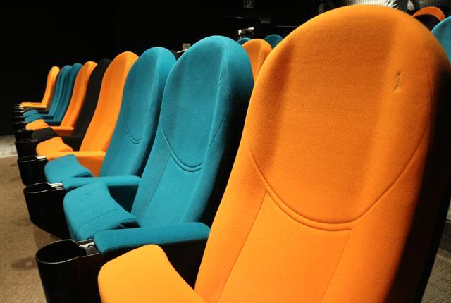 画像: スクリーン1 座席は青、黄色、黒などカラフルな仕様だ