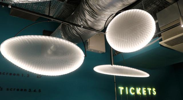 画像: エントランス上部には、UFOというかクラゲというか、レフ板(?)と照明を合体させた円形の照明が釣り下がっている