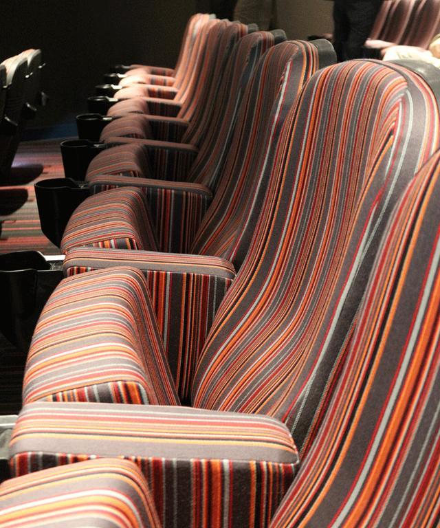 画像: スクリーン5 アップリンク吉祥寺パルコで最小スペースの箱。座席も床も壁もストライプ模様となっており、楽しげな雰囲気を感じられる空間に仕上がっている
