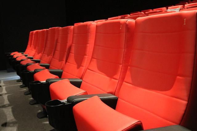 画像: スクリーン3 座席も、後ろの壁も真っ赤な仕様。文字通りREDな空間だ