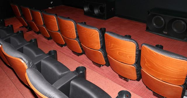 画像: 椅子の背面に木材を使い、ファッショナブルさとシックさを兼ね備えた室内装飾が見どころ