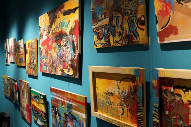 画像: フードコートの対面の壁にはラ・マノ・フリアの作品が掲出されている