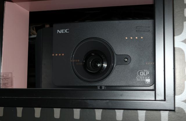 画像: DLPプロジェクター。5つの劇場(プロジェクターなどの)の制御は、1か所から行なえるという