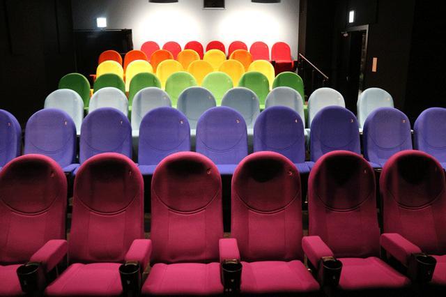 画像: スクリーン2 レインボーの名前の通り、座席は7色に展開されている