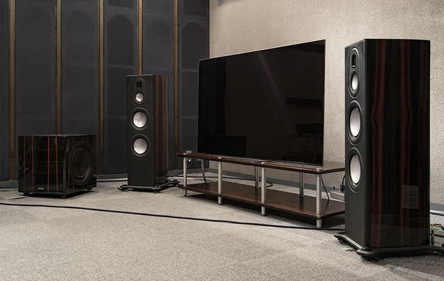 画像: 映像表示にはソニーの有機ELテレビKJ-65A8Fを、サラウンド再生にはモニターオーディオのプラチナム・シリーズIIをチョイス。音声のアップミックス再生も試したので、4.1.4環境を組んでいる