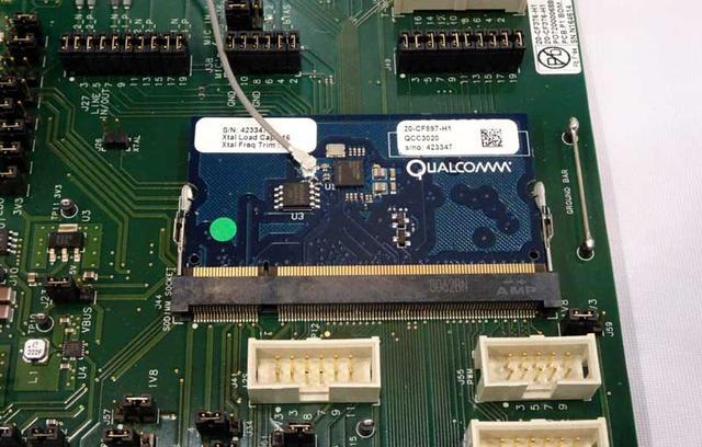 画像: クアルコムブースでは、最新のBTチップ「QCC3026」を展示。同チップを搭載した完全ワイヤレスイヤホンも増えてきており、同タイプのイヤホンの接続安定性、バッテリーの長時間駆動は、第2ステージに入ってきた模様だ