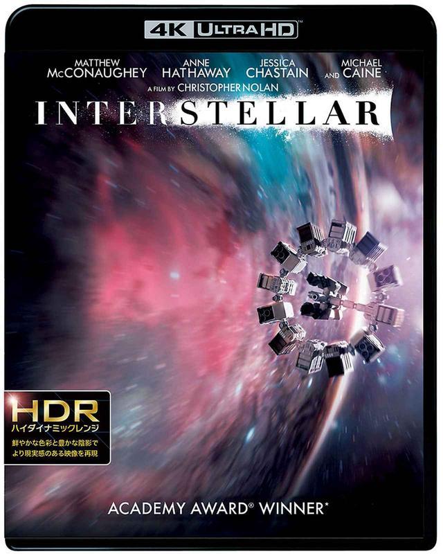 画像: 『インターステラー<4K ULTRA HD & ブルーレイセット>(3枚組)』 (ワーナー1000701472)¥5,990 (税別) 『2001年宇宙の旅』の70mm公開の陣頭指揮を取ったクリストファー・ノーランだが、作品に対する深い愛情は自作『インターステラー』にも刻み込まれている。ラージフォーマットのフィルム使用はもちろん、土星とワームホール(木星とモノリス)、クーパーとTARS(ボーマンとHAL)、ブラックホール(スターゲート)、年老いたマーフ(老人ボーマン)などなど、映画通をにんまりさせる作劇となっている。 © 2014 Warner Bros. Entertainment, Inc. and Paramount Pictures. All Rights Reserved.