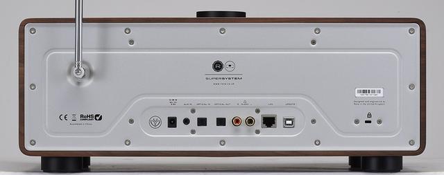 画像: 接続端子はアナログ音声入力(RCA)のほか、デジタル音声入出力(光)などを備える。フロントパネルにはUSBタイプAのスロットを装備。USBメモリーなどに保存した音楽ファイルの再生も可能だ