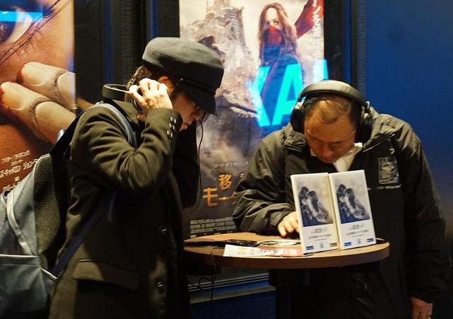 画像: 上映作品ということもあるが、クィーンの楽曲を試聴する人が多かった