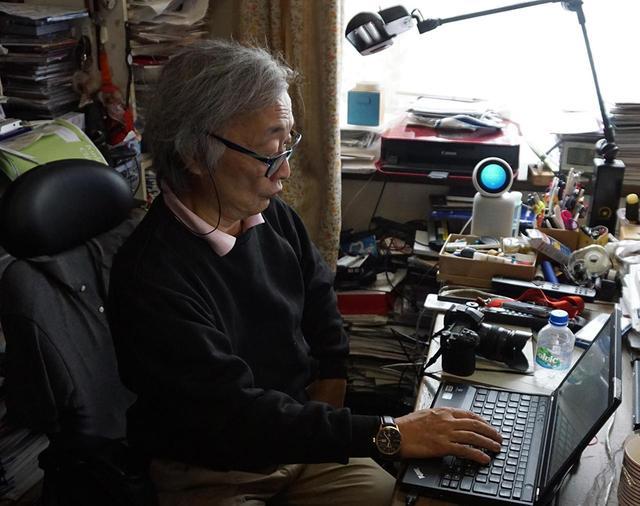 画像: 麻倉さんが普段原稿を執筆しているデスクの正面に8T-C80AX1が設置されている。ここから多くの玉稿が生み出されていくことだろう