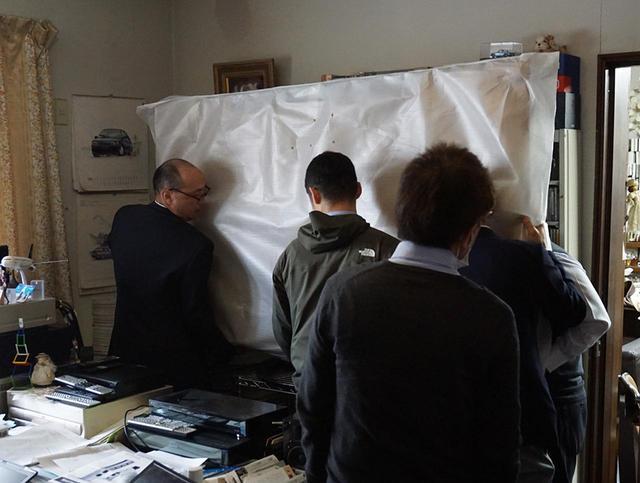 画像: 執筆デスク正面のエレクター製スタンドに本体をセット。この後、転倒防止のために後ろの壁面にロープで本体を固定している