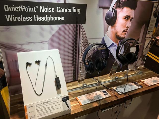 画像: ワイヤレスノイズキャンセリングヘッドホン展示の様子