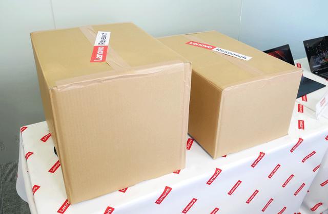 画像: 説明会冒頭、C930と並んで置かれていた謎の箱。その中身は……