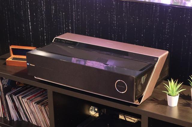 画像: ハイセンスの新型レーザーテレビ「100L7T」。スクリーンサイズ100インチで、輝度は3500ルーメン